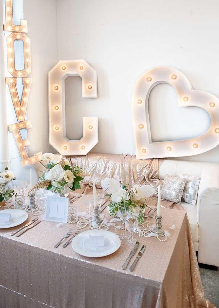 Mesa posta decorada com glamour para a noite romântica