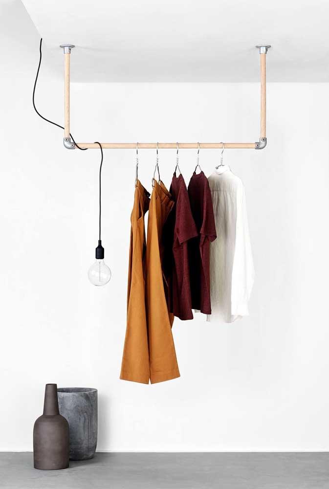 Arara de roupas de madeira suspensa no teto: simples, bonita e funcional
