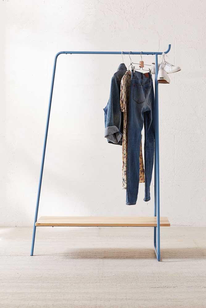 Arara de roupas com prateleira (ou seria um banquinho?)