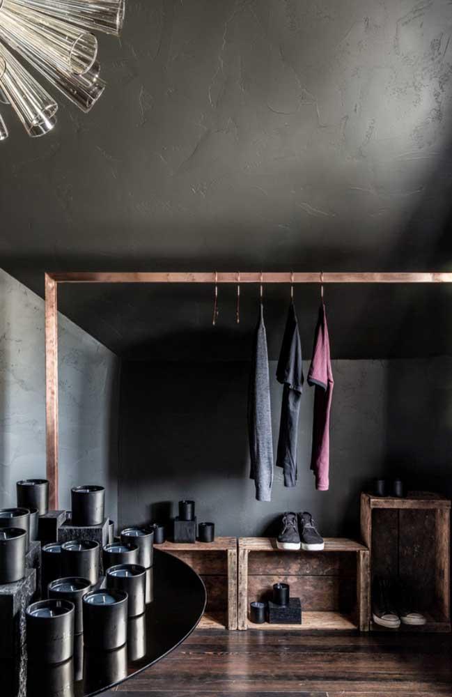 Caixotes rústicos para combinar com a arara de roupas de metal envelhecido