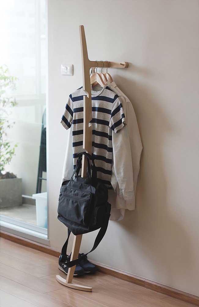 Uma mini arara para ser usada no corredor ou no hall de entrada