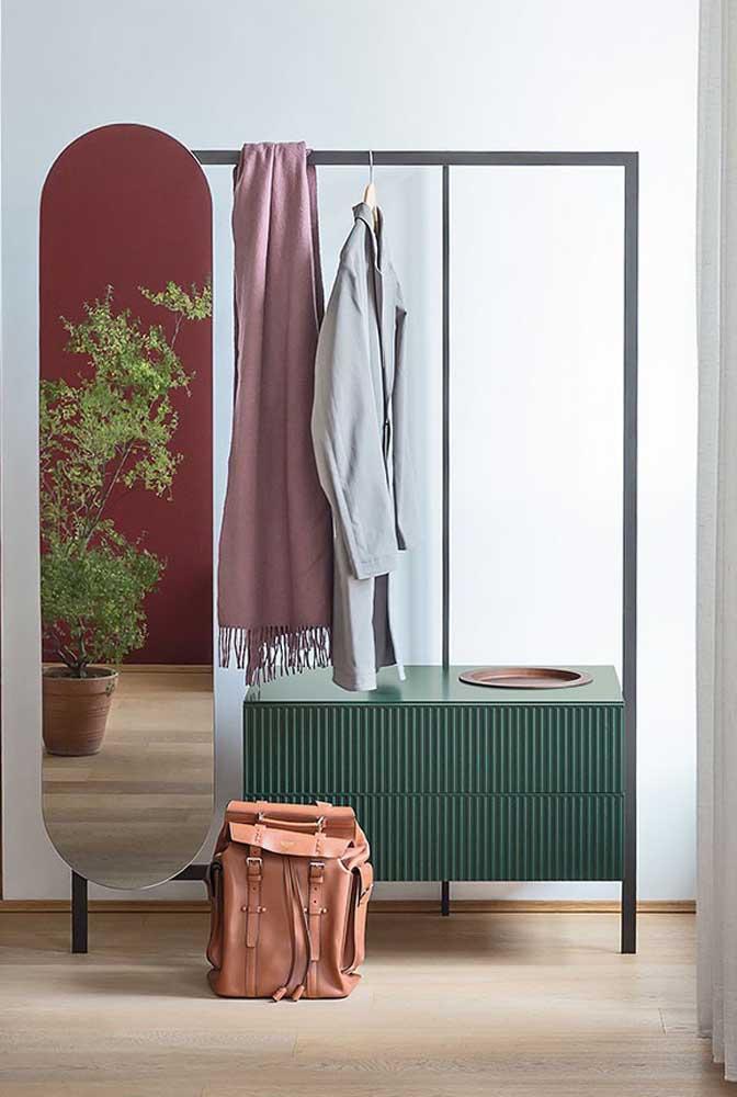Já aqui, o modelo mais estruturado de arara inclui gavetas e espelho