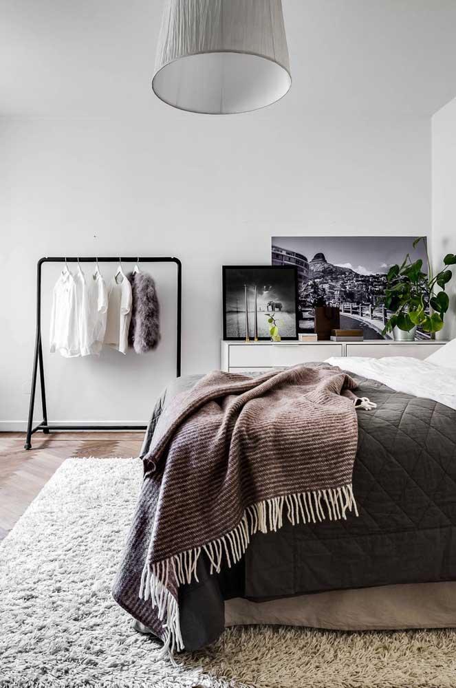 Mais espaço no quarto com a arara de roupas