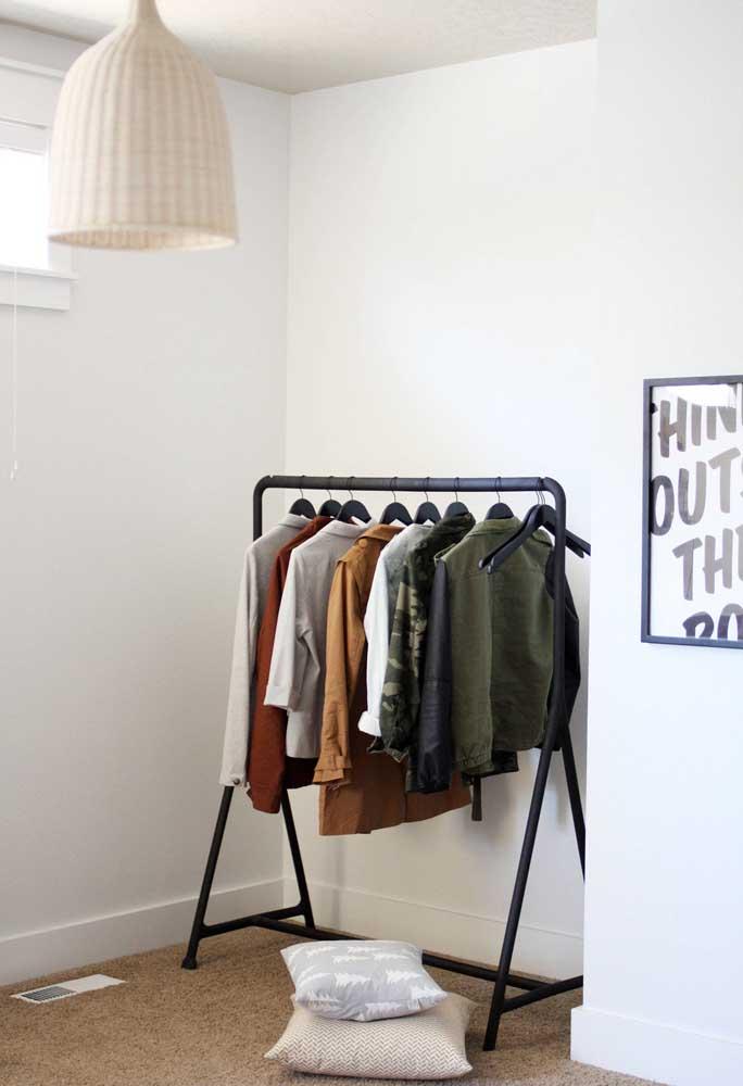 Nesse quarto, a pequena janela contempla a arara de roupas com muita luz e ventilação