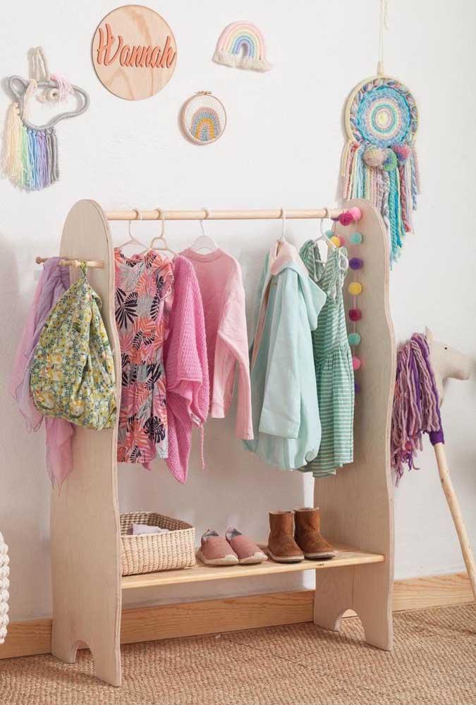 No quarto infantil, a arara de roupas ganha detalhes lúdicos