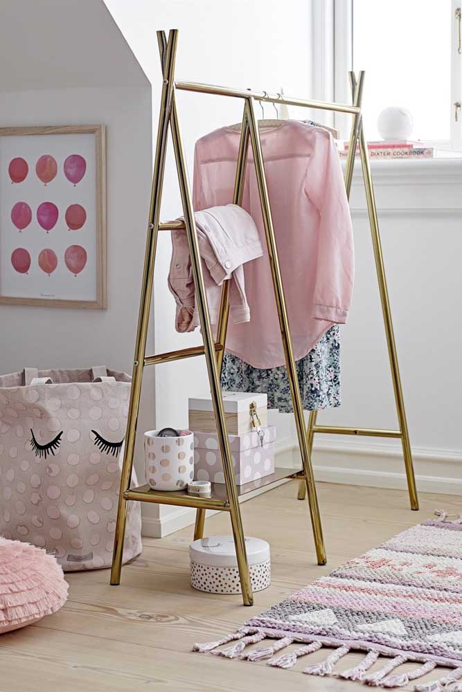 Arara de roupas dourada para trazer um toque de glamour ao quarto