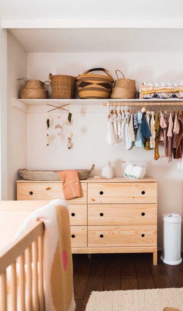 Cômoda para quarto de bebê em tom de madeira clara. Uma linda opção para o branco