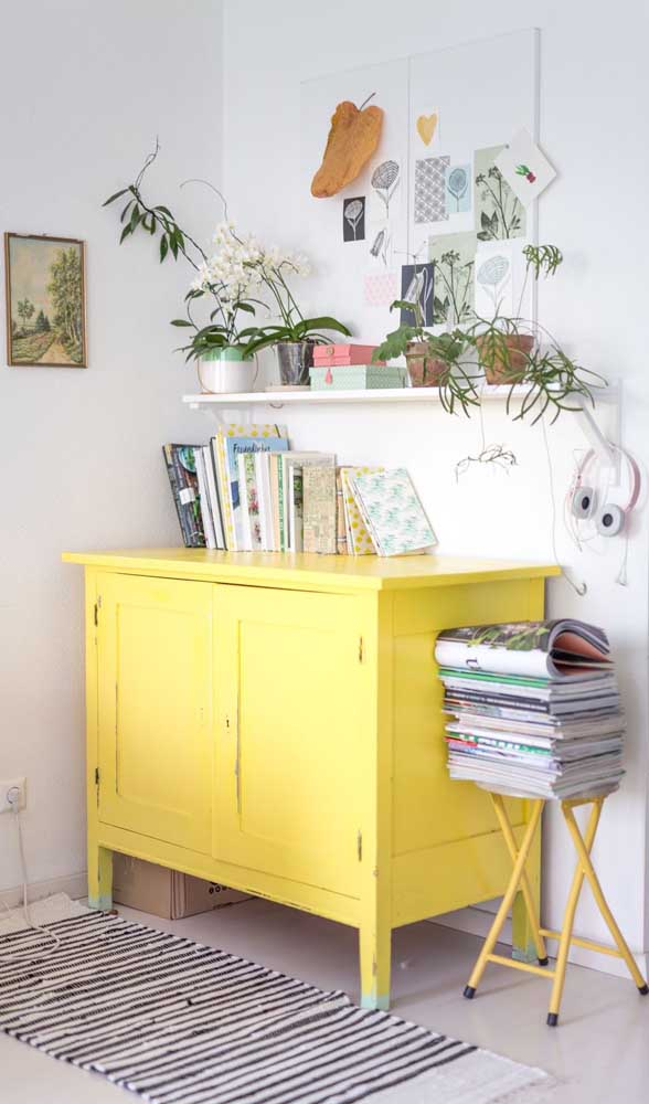 Um toque de modernidade ao quarto com a cômoda de madeira amarela. Repare que ela também foi usada para apoiar os livros