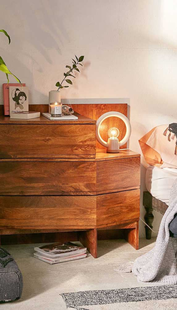 Cômoda para quarto de casal com criado mudo embutido: móvel multifunção