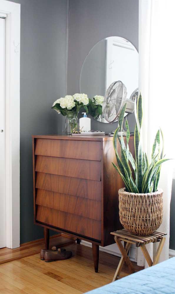 Linda inspiração de cômoda de madeira em estilo retrô. Repare no desenho super bonito formado pelas gavetas
