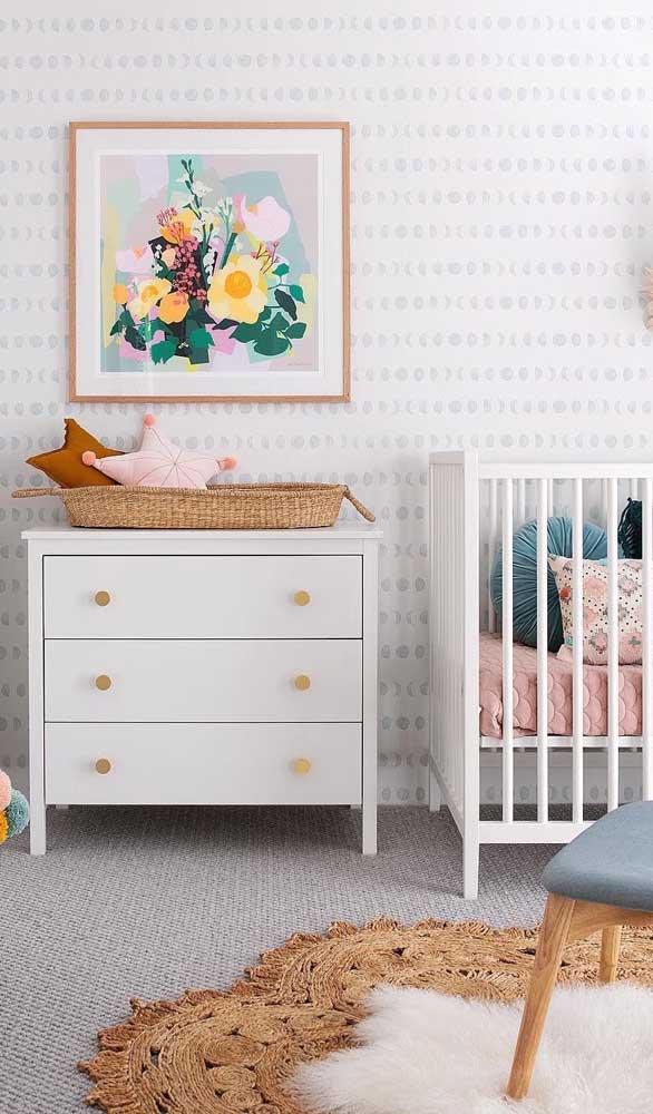 Cômoda branca para o quarto de bebê. A graça desse modelo está nos puxadores dourados