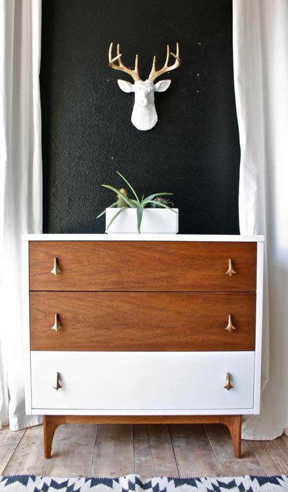 Cômoda para quarto em estilo retrô. A combinação entre o tom de madeira e a cor branca ficou incrível