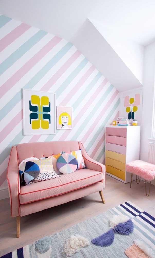 Cômoda para quarto infantil colorida seguindo o mesmo estilo decorativo do ambiente