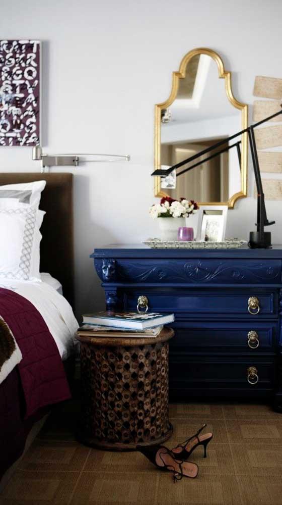Um belo exemplar de cômoda antiga para decorar o quarto