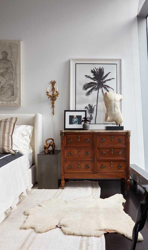 E ainda falando em cômodas antigas, veja como essa aqui da imagem valoriza a decoração do quarto