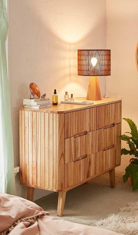 """A cômoda de madeira """"aquece"""" e traz conforto e aconchego para quarto"""