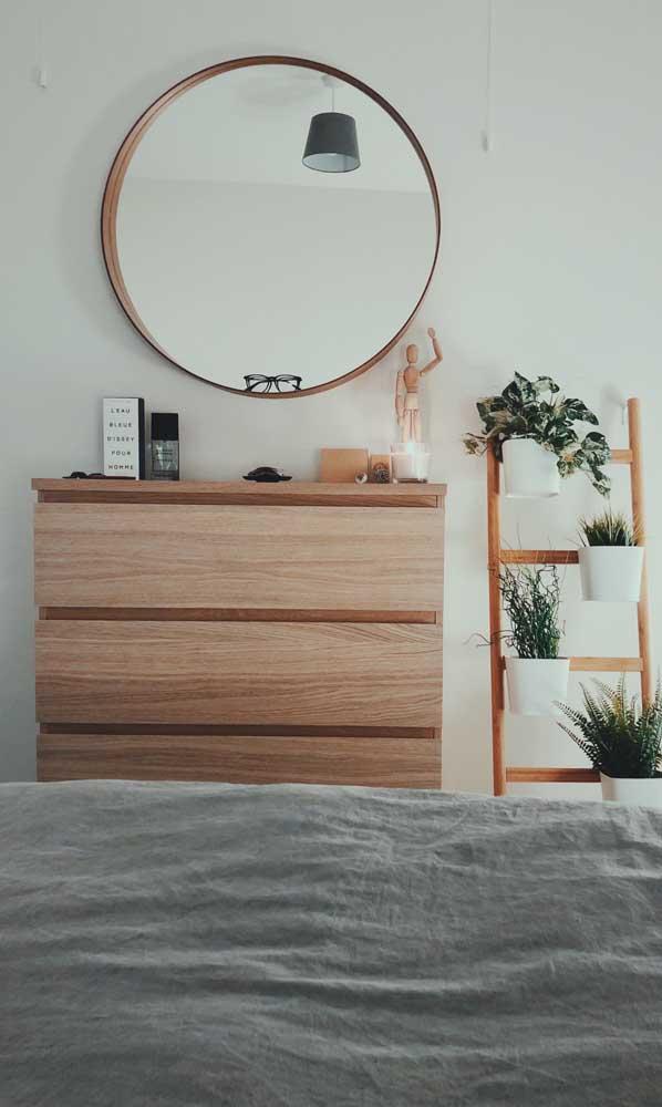 Cômoda e escada decorativa formando uma linda composição na decoração do quarto