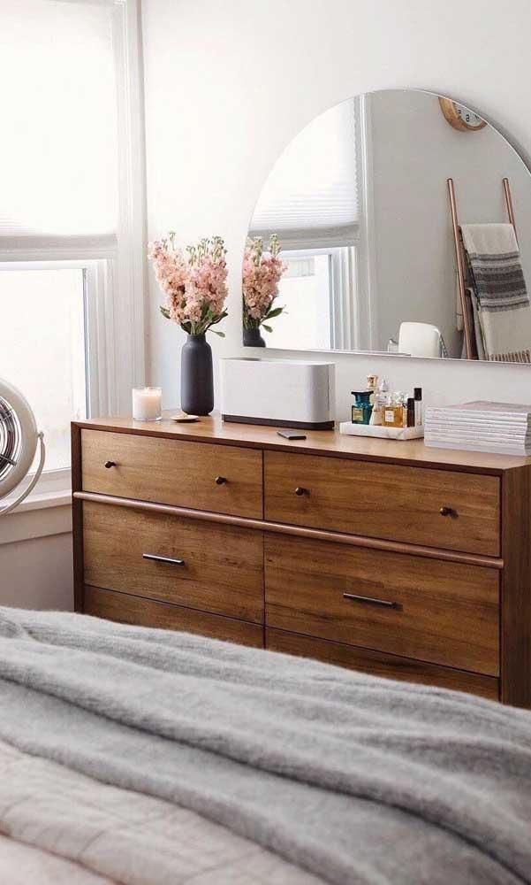Cômoda de madeira com espelho: um bom lugar para se arrumar antes de sair de casa