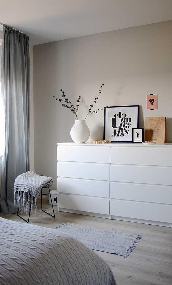 Mas se a intenção é manter o quarto clean e suave, a cômoda branca é a melhor escolha