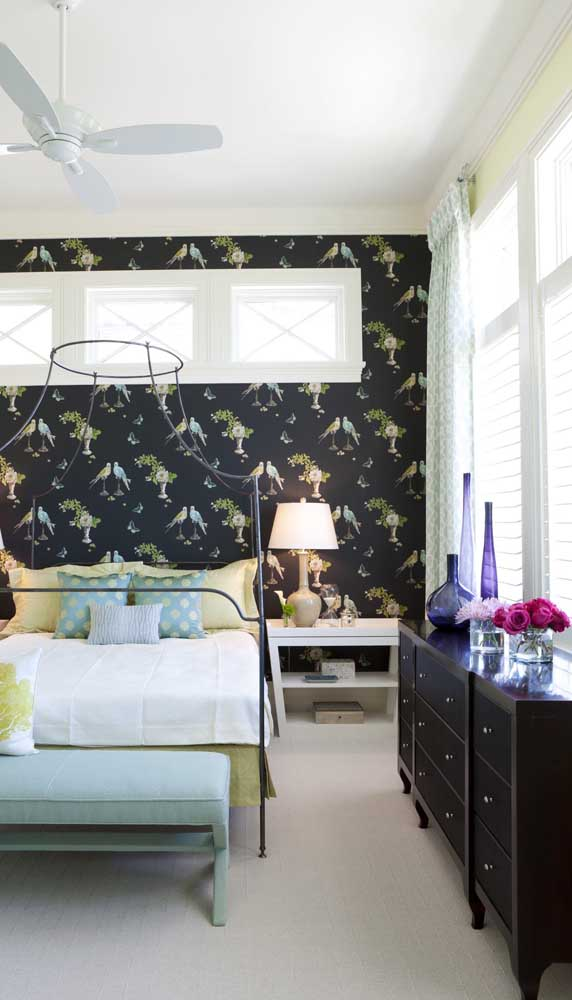 Cômoda preta em estilo retrô para o quarto contemporâneo