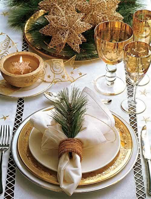 Mesa de Natal com jogo de jantar dourado