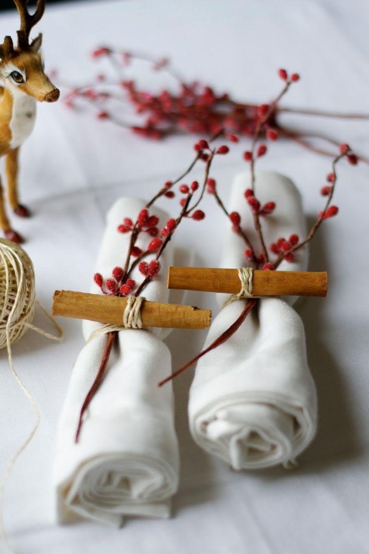 Mesa com ramo preso no guardanapo