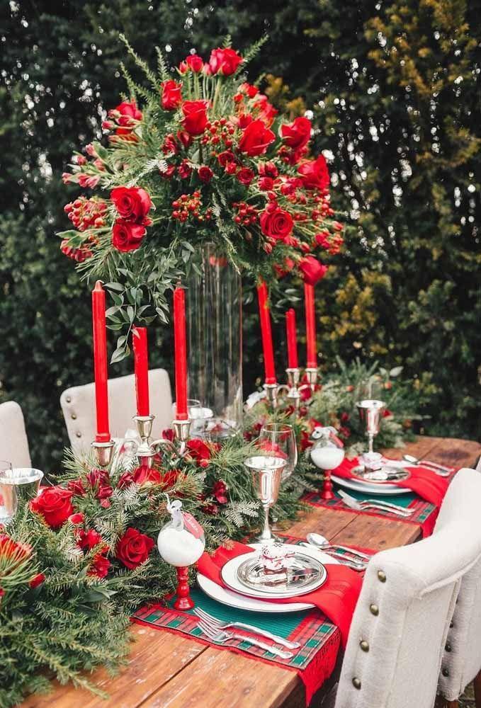 Para fazer uma mesa de natal clássica nada melhor do que fazer arranjos com rosas vermelhas