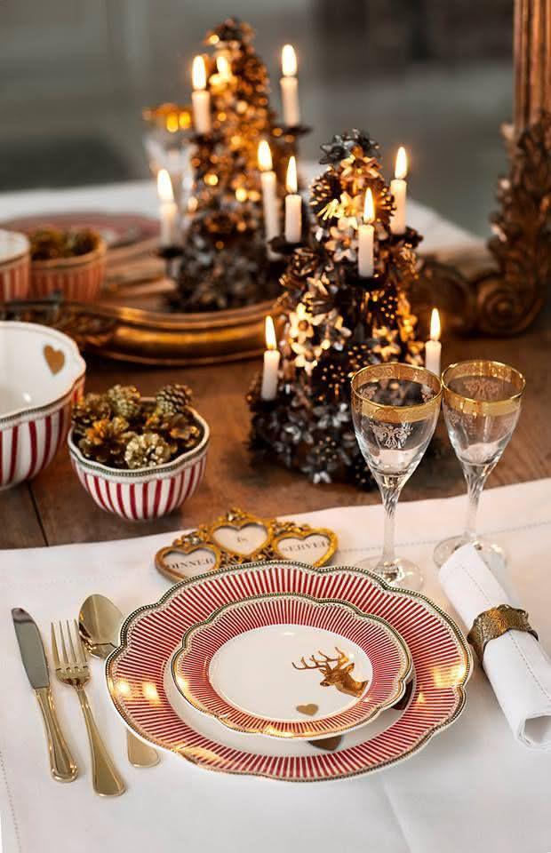 Mesa de Natal com velas embutida nos pinos