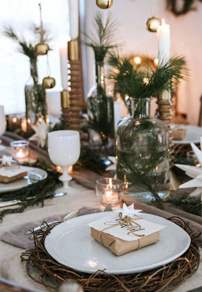 O sousplat rústico deixa a mesa de natal mais elegante