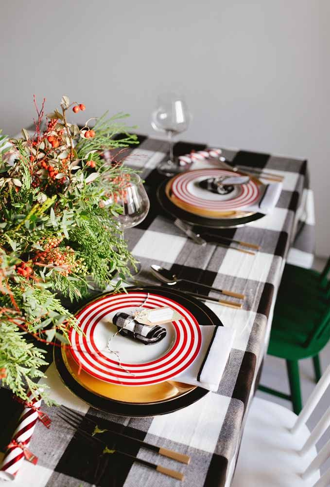 Uma toalha quadriculada deixa a mesa de natal um charme só