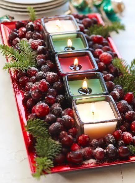 Mesa de Natal com bandeja de uvas e velas