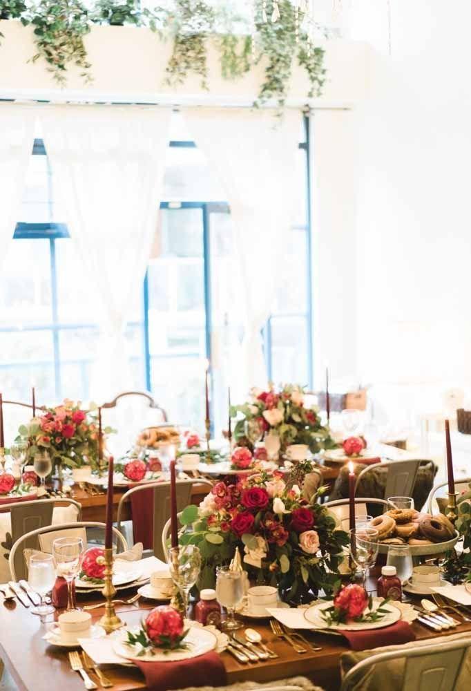 Tem decoração de natal mais tradicional do que unir arranjo de flores com velas?