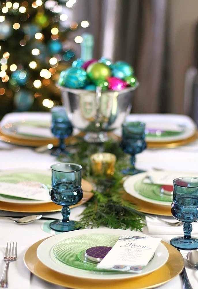 Que tal usar copos coloridos para deixar a mesa de natal mais alegre?