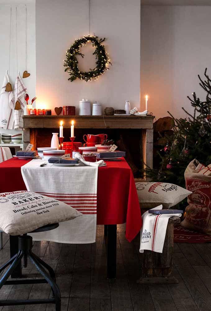 Uma mesa com toalha na cor vermelha já diz que ali está o Natal