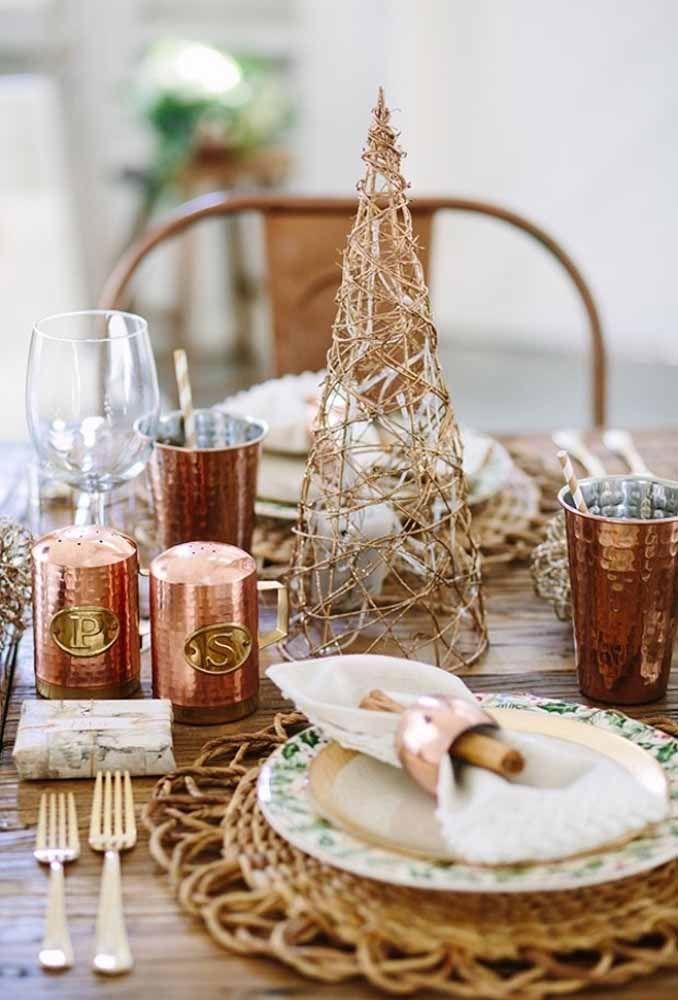 É incrível como os detalhes em dourado deixam qualquer mesa elegante e sofisticada