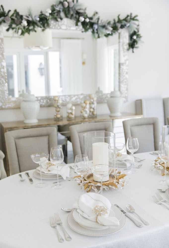 Se você deseja uma mesa de natal totalmente clean, aposte na cor branca, talheres em prata e taças de vidro