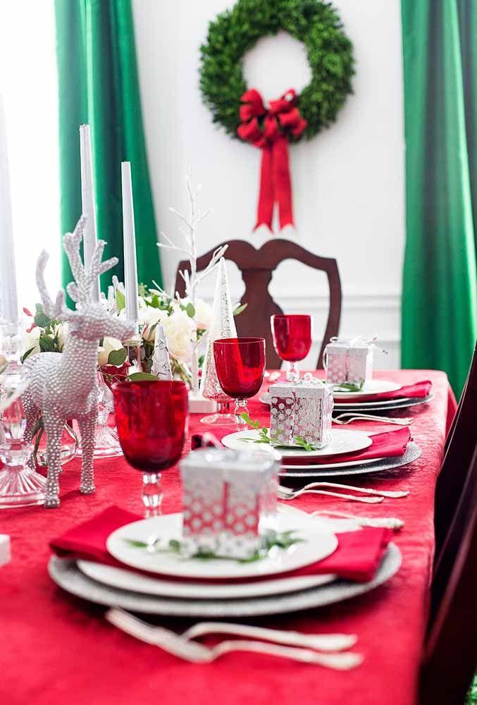A cor vermelha predomina nas decorações de Natal, deixando o ambiente mais leve quando acompanhadas por elementos natalinos.