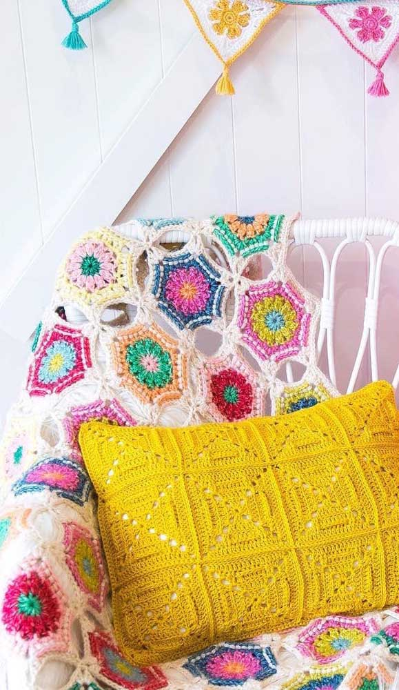 Que tal combinar a manta de crochê com a almofada de crochê?