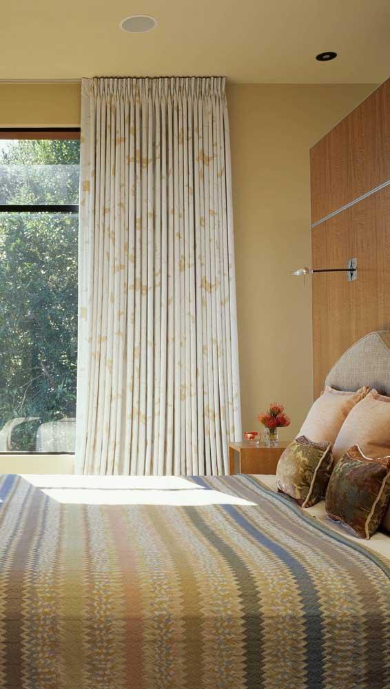 Os tons terrosos do quarto também foram usados na manta de crochê