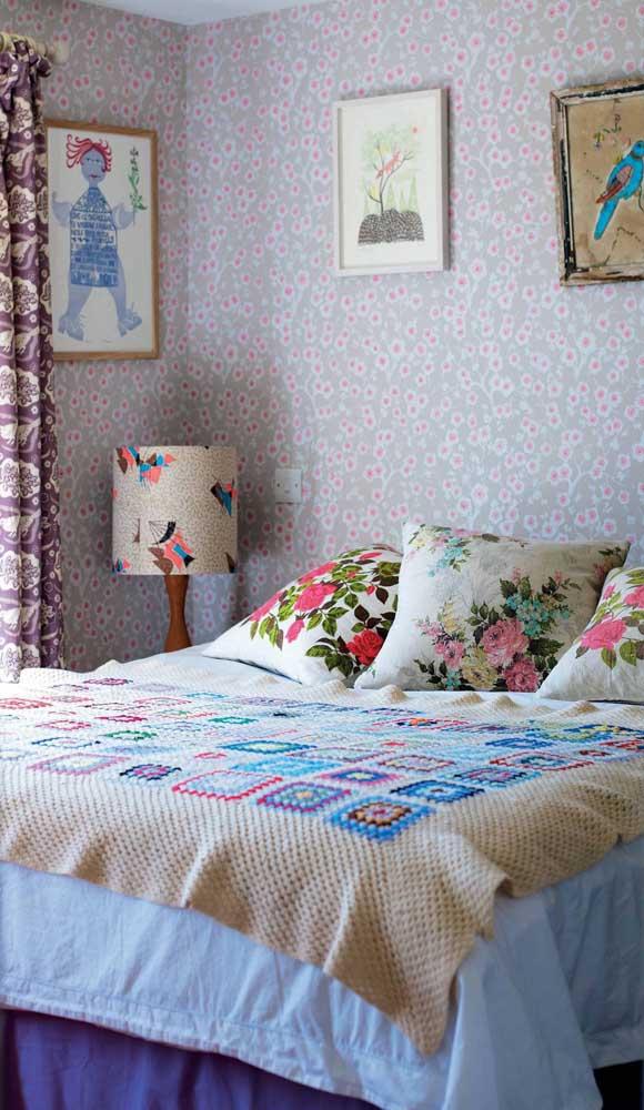 Quarto delicado e aconchegante graças a manta de crochê patchwork e as almofadas floridas