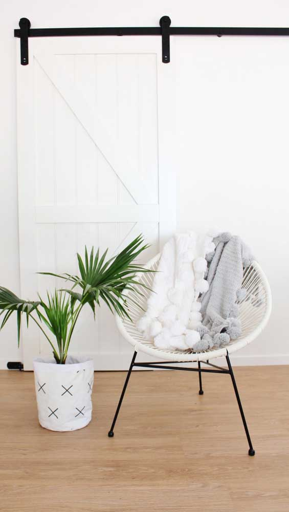 A cadeira Acapulco fica ainda mais charmosa com a mantinha de crochê sobre ela