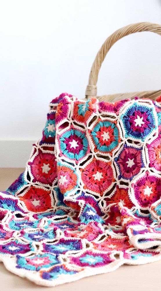 Em tamanhos menores, a manta de crochê pode te acompanhar para qualquer lugar. Basta dobrar e guardar na bolsa