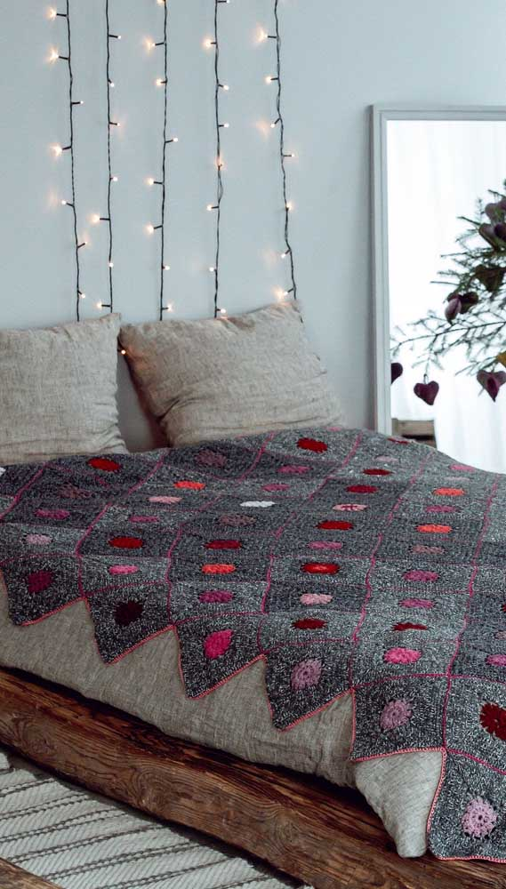 Falando em cinza, dá uma olhada nesse outro modelo de manta de crochê