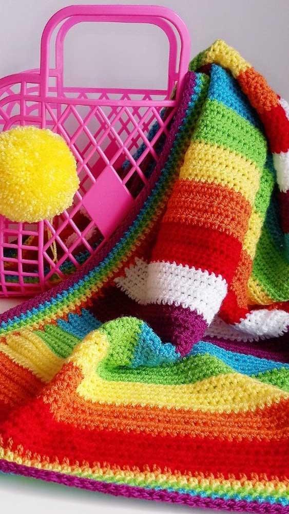 Um arco íris na manta de crochê