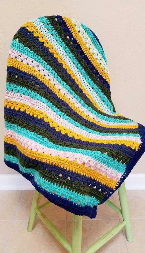 A manta de crochê também pode ser usada para cobrir cadeiras na sala de jantar
