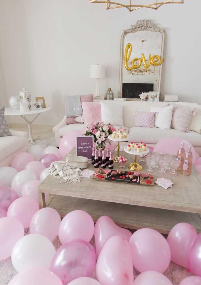 Noite romântica em casa decorada com balões em branco e rosa