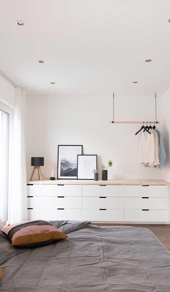 Cômoda grande para o quarto de casal substituindo com tranquilidade o guarda roupa tradicional