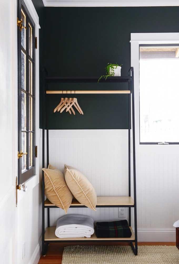 Arara de roupas para quarto em metal e madeira. A estrutura ainda traz espaço para guardar roupa de cama