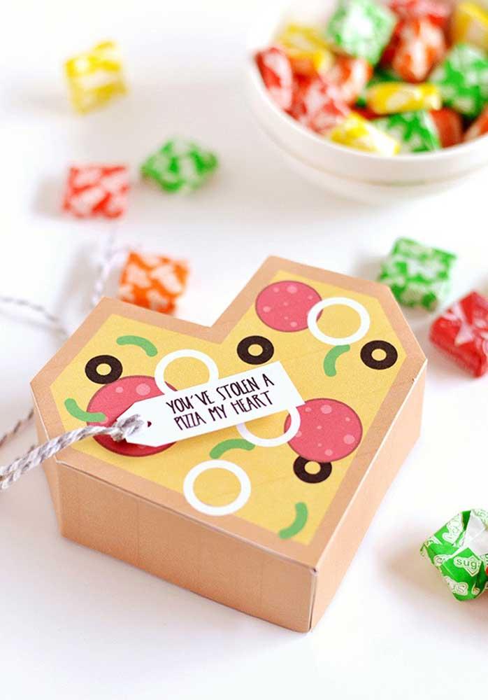 Caixa de pizza em formato de coração. Boa opção de lembrancinha para uma festa de aniversário com tema noite da pizza
