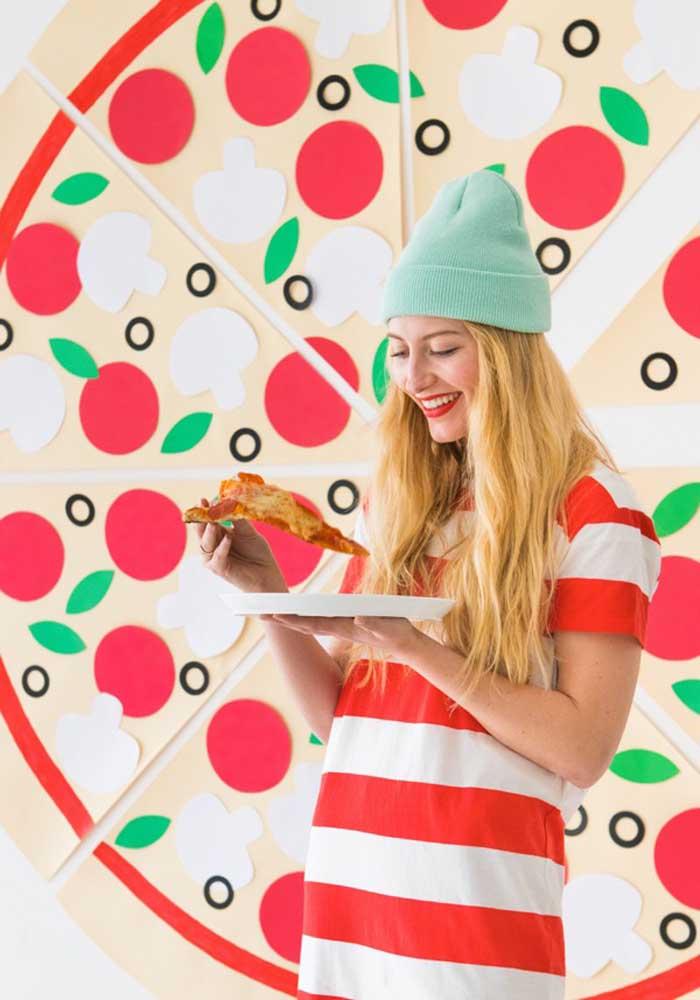 Olha que ideia legal: um painel com uma pizza gigante aos fundos. Os convidados vão amar fazer fotos aí